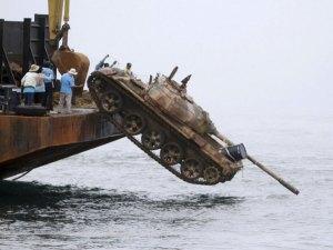 Un tanque es arrojado al mar en Tailandia para crear un arrecife submarino